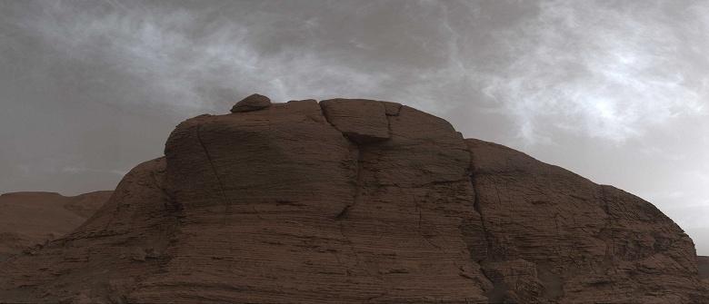 Марсоход Curiosity сфотографировал сияющие облака на Марсе