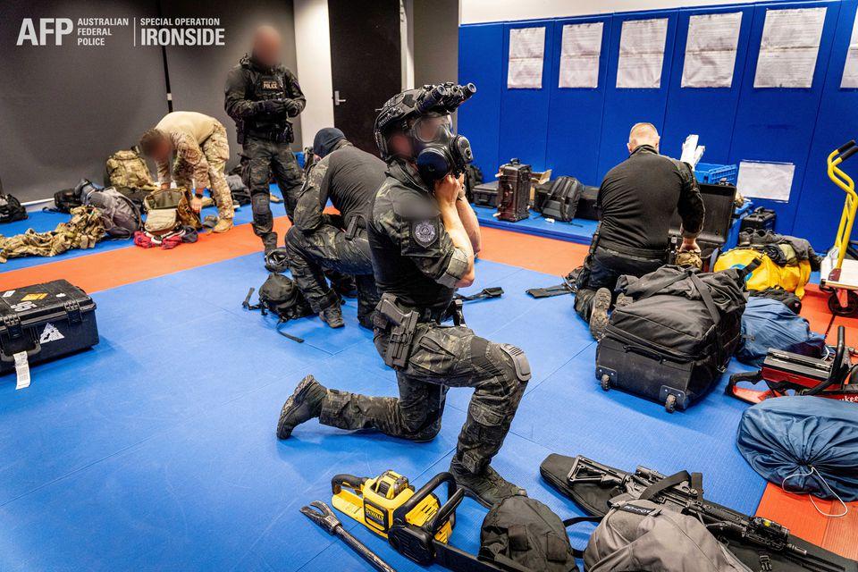 Австралия и ФБР несколько лет распространяли среди криминала «защищенное» приложение, а потом арестовали 800 человек - 3