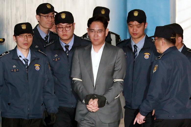 Жители Южной Кореи выступают за досрочное освобождение из тюрьмы главы Samsung