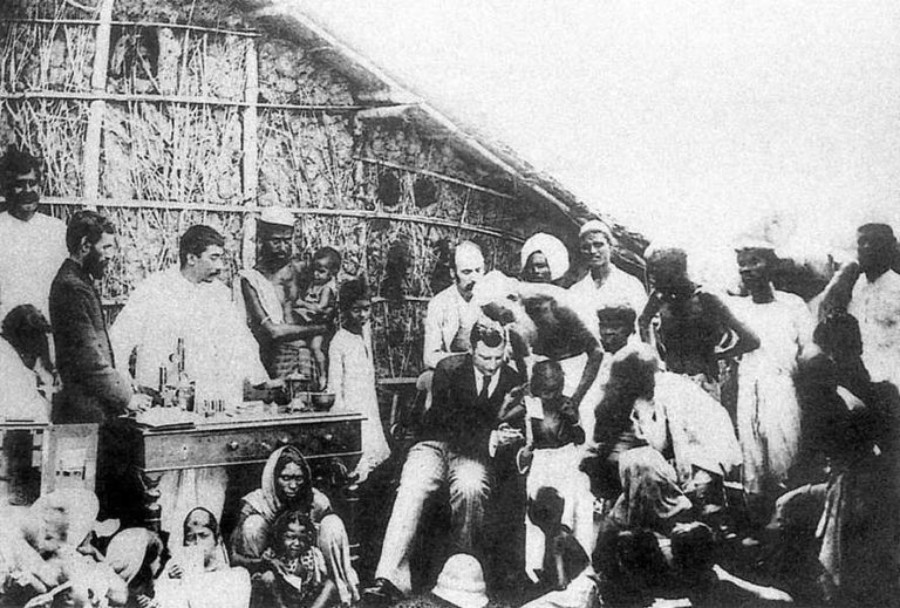 Владимир Хавкин (в центре) проводит вакцинацию в одном из индийских поселков