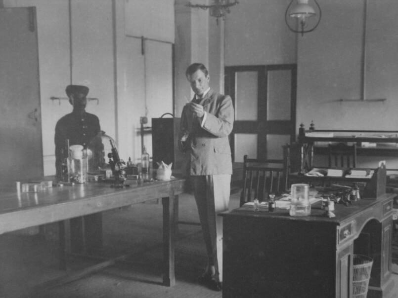 Владимир Хавкин в своей лаборатории в Бомбее. Сейчас эта лаборатория — Институт Хавкина, где разрабатываются новые лекарства