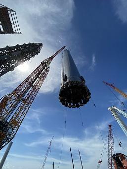 Илон Маск показал установку гигантской ракеты Super Heavy на место старта и анонсировал свою биографию