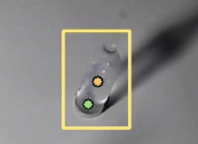 Желтая точка - центр прямоугольника от YOLO, зеленая - искомое нами положение дна ампулы.