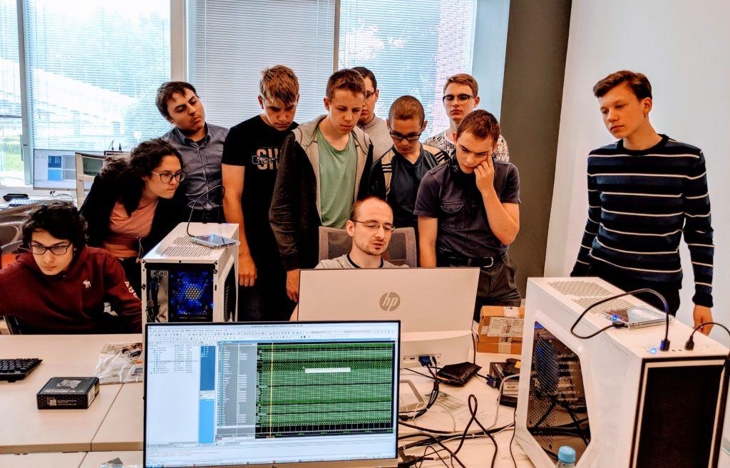 Станислав Жельнио, проектировщик Syntacore, проводит семинар для школьников в Зеленограде в позапрошлом году