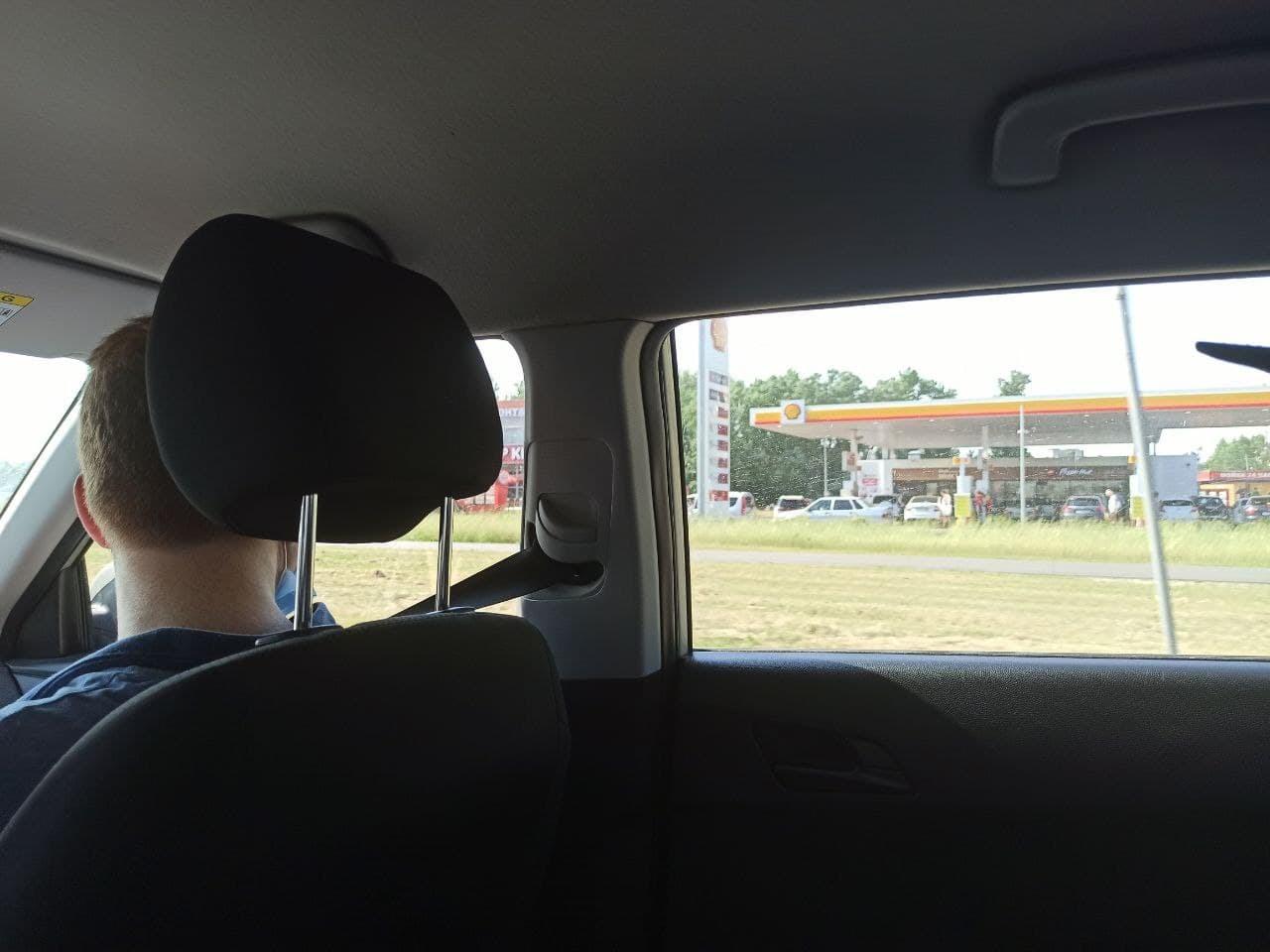 На подъезде к заправке все же начинаем высматривать колонку посвободнее — чтобы не мешать обычным автовладельцам