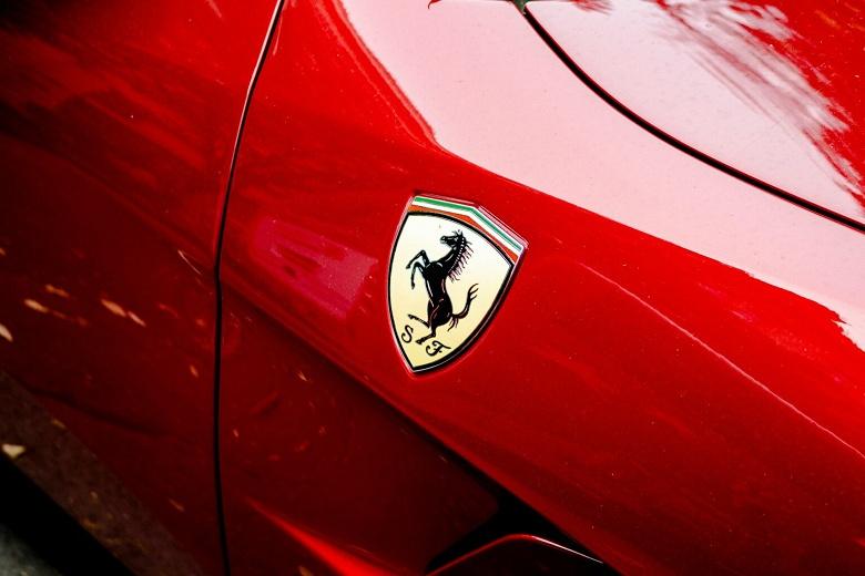 Ferrari объявляет о сотрудничестве с сэром Джони Айвом и Марком Ньюсоном