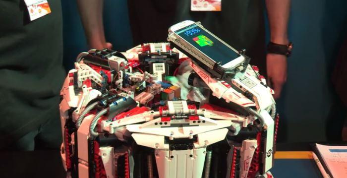 CubeStormer 3 собирает «Кубик Рубика» за 3 секунды