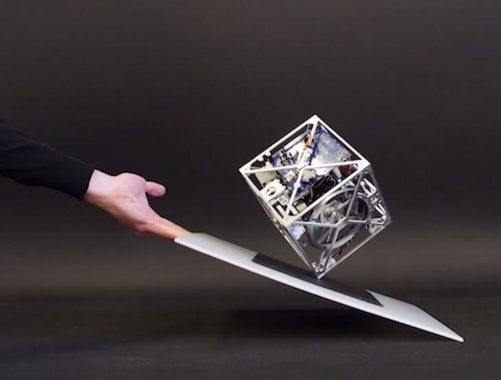 Cubli: роботизированный куб с почти совершенной балансировкой