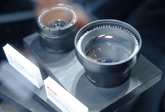 Объектив имеет фиксированное фокусное расстояние, в 35-миллиметровом эквиваленте равное 24 мм