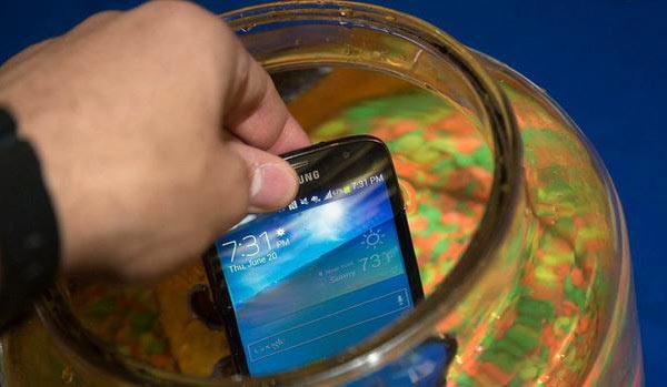 Летом прошлого года компания Samsung выпустила водонепроницаемый смартфон Samsung Galaxy S4 Active