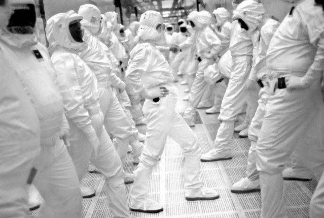 Рабочие на фабрике Intel Fab 11X