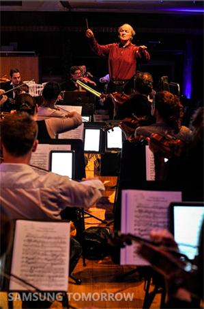 Брюссельская филармония играет музыку с Samsung GALAXY Note 10.1