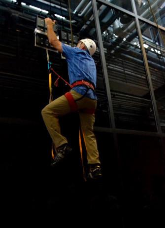 Человек залез на 8 метровую стеклянную стену с помощью устройства, сделанного по образцу лапки геккона