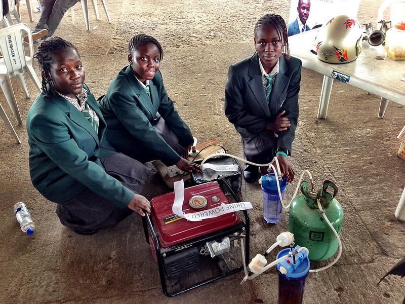 Четыре африканские девочки изобрели генератор, работающий на моче