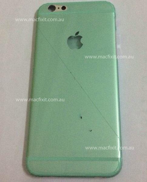 В крышке корпуса Apple iPhone 6 можно видеть отверстия для камеры и вспышки, а также логотип, тоже выполненный в виде двух отверстий