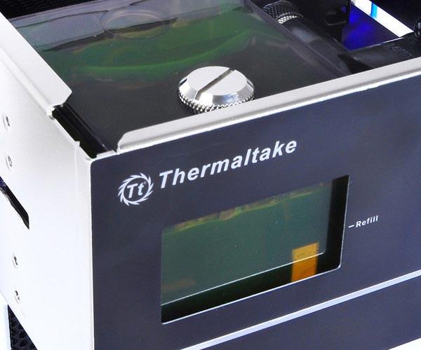 Головной блок системы жидкостного охлаждения Thermaltake Bigwater 760 Pro занимает два отсека типоразмера 5,25 дюйма
