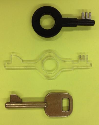 Хакер открывает наручники усиленной безопасности ключами из 3D принтера