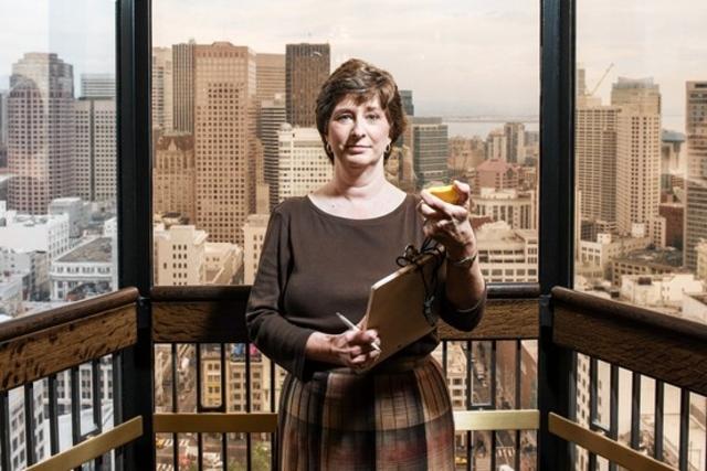 Женщина математик, которая разрабатывает алгоритмы для лифтов