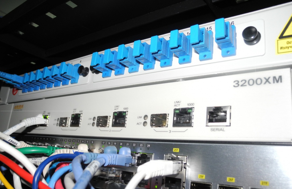Контроллер беспроводной сети Aruba 3200XM в стойке