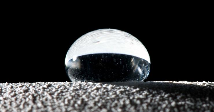 Капля воды и супергидрофобная поверхность