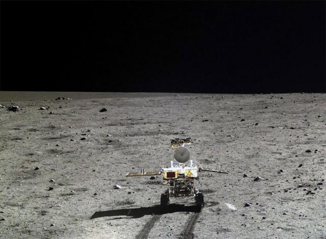 Китайский луноход прислал фотографии