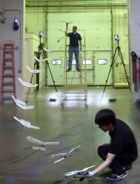 Летающего робота смогли посадить на ладонь человека