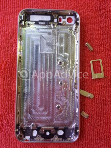Надпись iPhone на смартфоне iPhone 5S нанесена более тонкими линиями, чем раньше