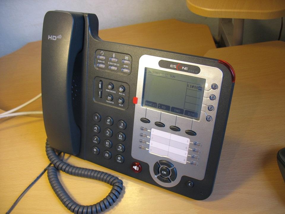 Вид телефона на столе