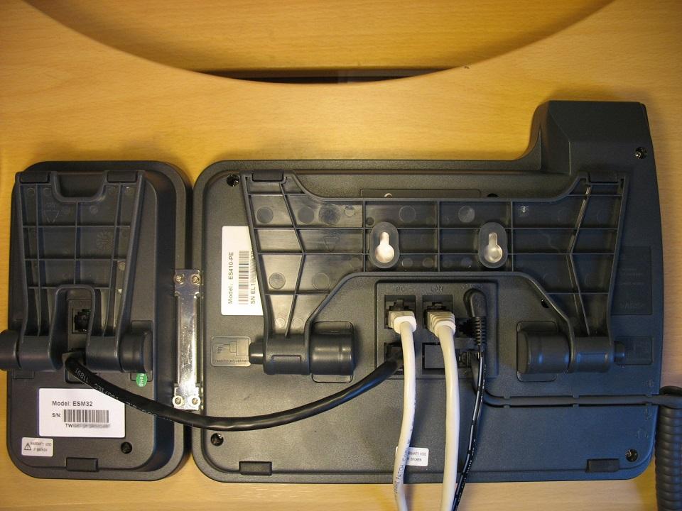 Модуль расширения и телефон с установленной скобой