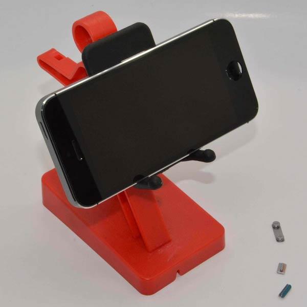 Основной серый тон смартфона Apple iPhone 5S дополнен вставками черного цвета