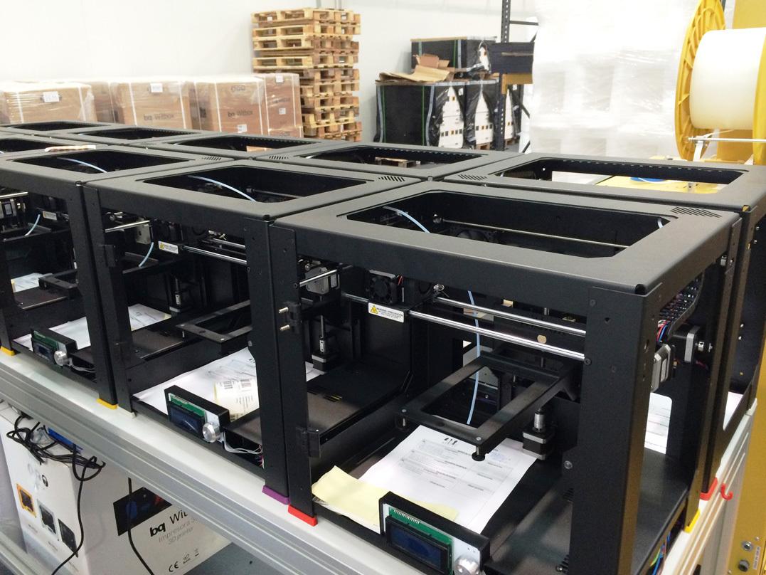 Под каждый принтер идёт CHECK list, в котором сборщики отмечают выполненные операции, а промежуточные тестеры, ставят галочки о работоспособности либо отсутствии таковой на определенном этапе (на фото - это белые листочки внутри каждого Witbox принтера):