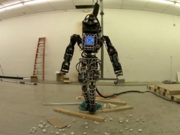 Робот ATLAS демонстрирует прогулку по пересеченной местности