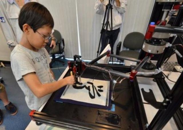 Робот обучает японских детишек каллиграфии