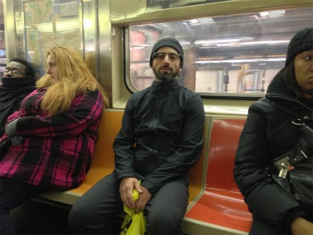Сергей Брин в нью йоркском метро в очках Google Glass
