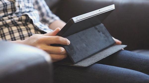 Чехол FreedomCase одновременно служит подставкой для планшета Microsoft Surface