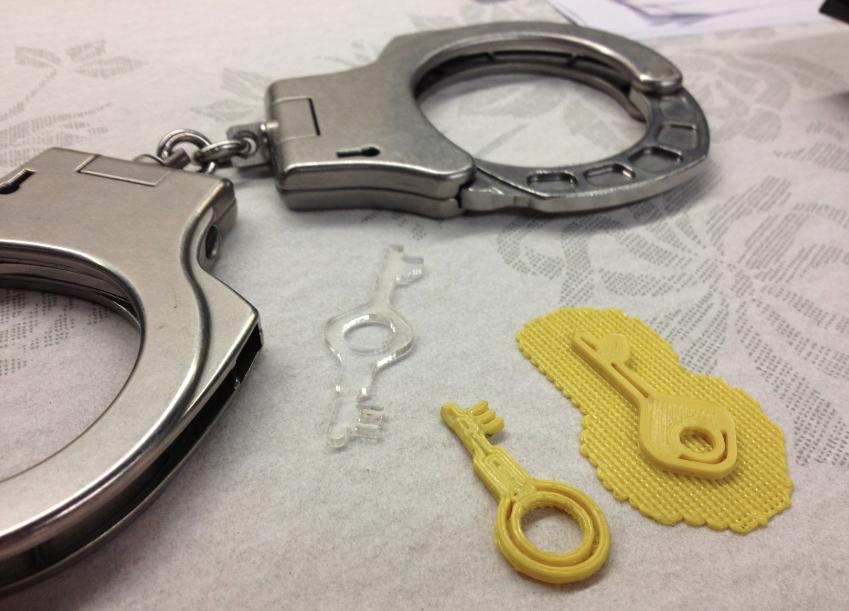 Умелец открывает наручники усиленной безопасности ключами из 3D принтера