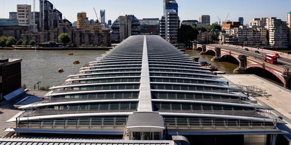В Лондоне закончили строительство самого большого в мире моста с солнечными панелями