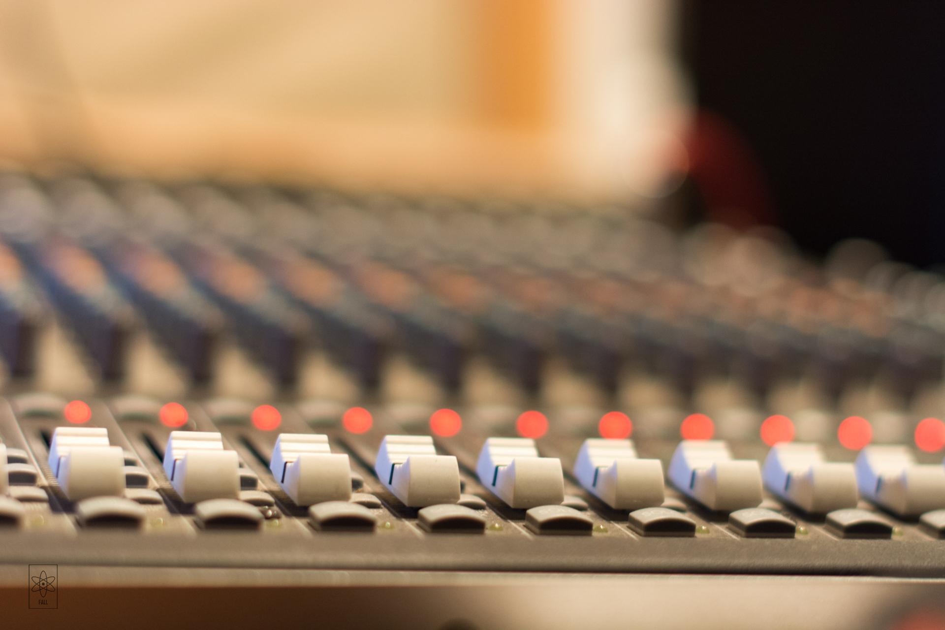 Запись трека на студии. Ударные
