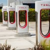 Tesla построит небольшие магазины на заправках для электромобилей