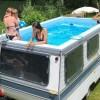 Художник превратил старый трейлер в… бассейн