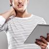 Боль в шее от использования планшетов признали серьезным недугом