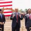 Дональд Трамп с лопатой в руках открыл строительство завода Foxconn в Висконсине