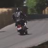 Электрический Harley-Davidson едет по трассе в Гудвуде: видео