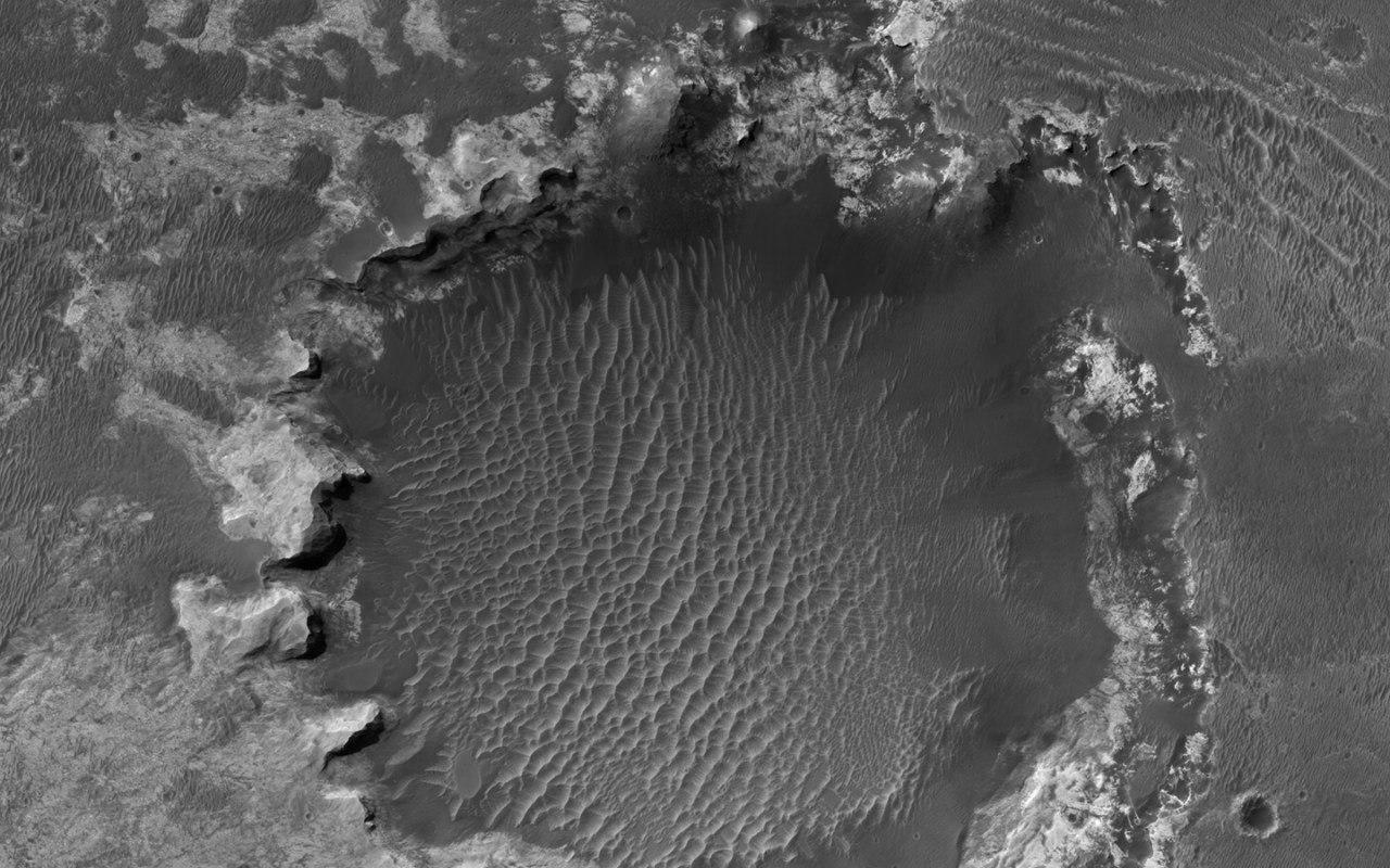 «Народная» камера высокого разрешения HiRISE на Mars Reconnaissance Orbiter получила HD снимок марсианского кратера