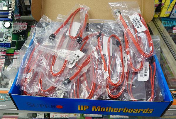 Supermicro A1SA7-2750F, множество кабелей SATA в комплекте поставки