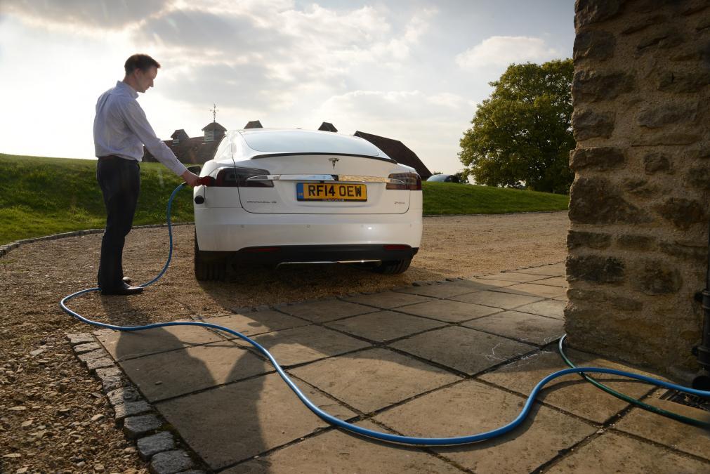 Бесплатное электричество для своей Tesla? Это просто