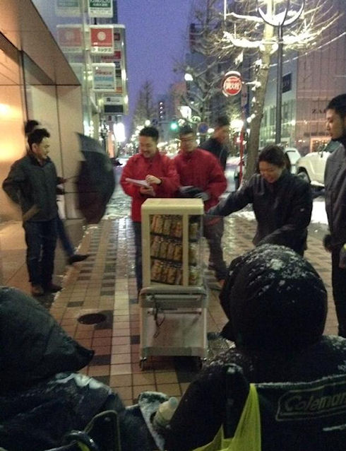 Японцев засыпало снегом в очереди за подарками от Apple (ФОТО)