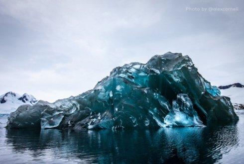 В Антарктиде сделаны снимки редкого явления: перевернутого айсберга (ФОТО)