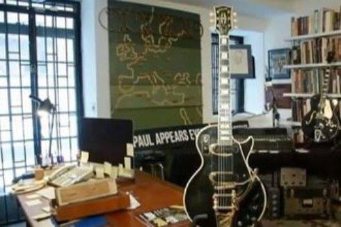 На аукцион выставили уникальную электрогитару Черная красавица
