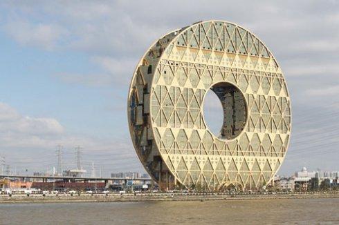 Китайцы построили небоскрёб в форме гигантского пончика
